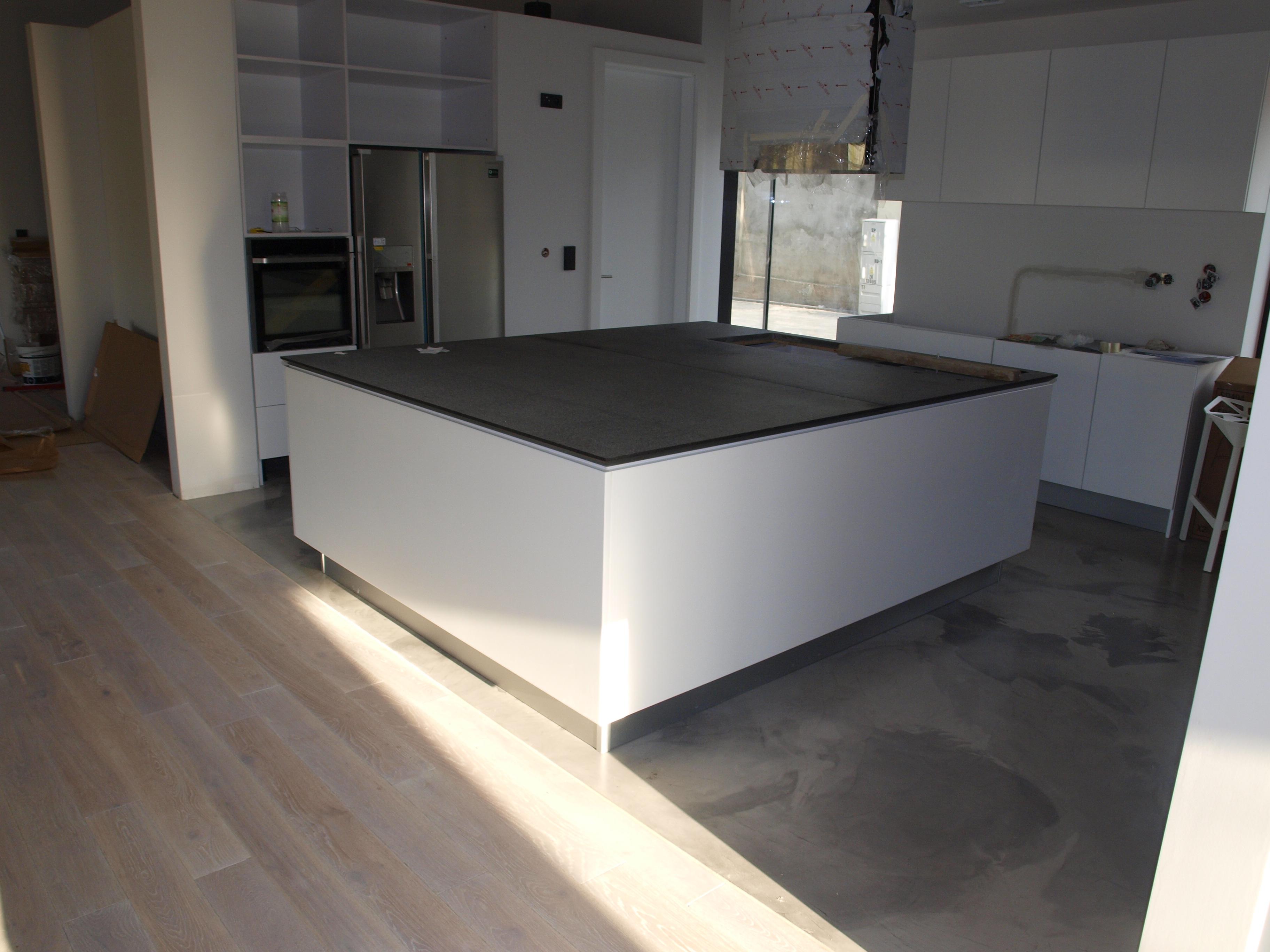 beton dekoracyjny na kuchennej podłodze w prywatnym domu